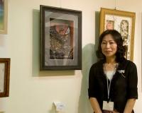 シャドーアートA.B.キューブ WEST 代表 西山 喬子先生(作品の前で)